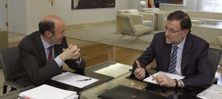 El presidente del Gobierno, Mariano Rajoy (d), con el secretario general del PSOE, Alfredo Pérez Rubalcaba (i). (Efe)
