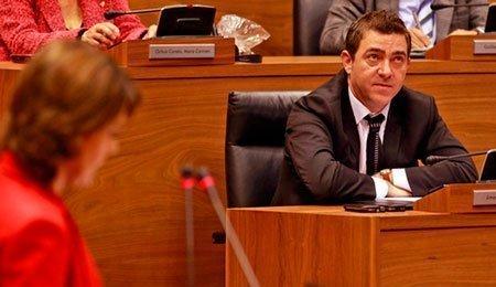Yolanda Barcina y Roberto Jiménez, en el Parlamento de Navarra (Diariodenavarra.es)
