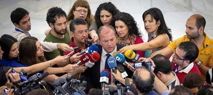 José Antonio Monago, ante la prensa, el jueves, para valorar la moción de censura. (Efe)
