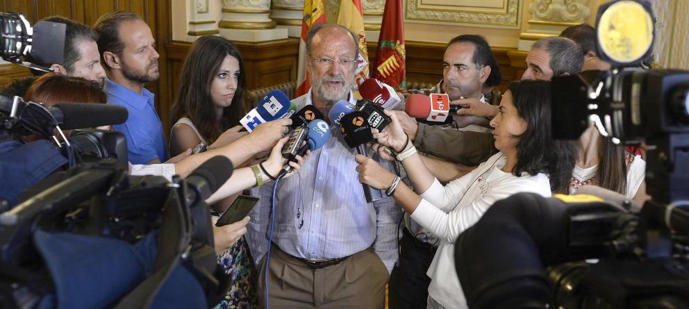 Javier León de la Riva explica sus declaraciones ante los medios. (Efe)