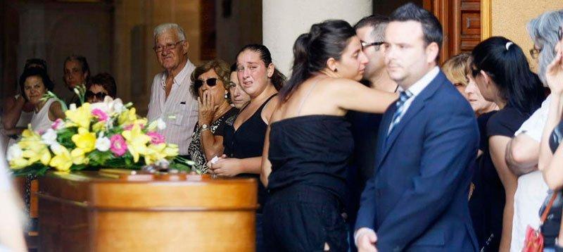 Funeral de una víctima por violencia de género, en Orihuela. (Efe)