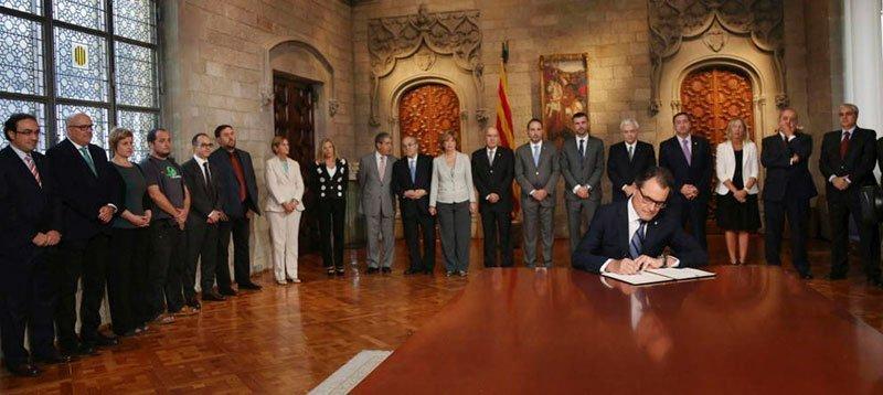 Artur Mas rubrica el decreto de convocatoria de la consulta del 9-N. (Efe)