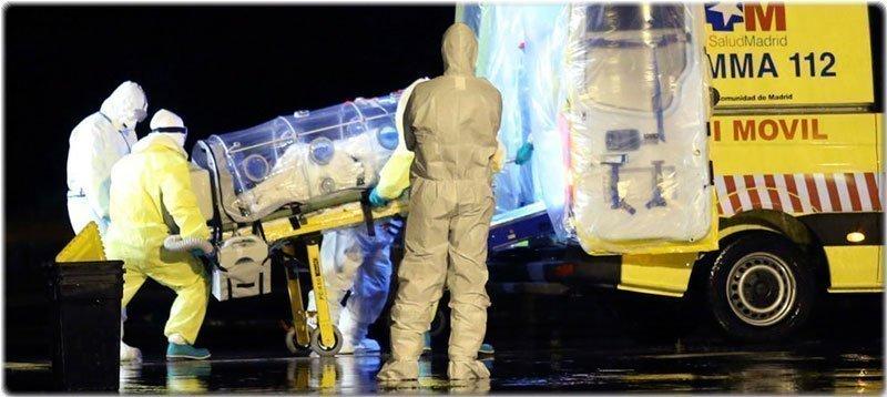 Traslado de uno de los religiosos españoles infectados por el ébola. (Efe)