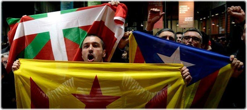 Partidarios de la independencia festejan en Barcelona el resultado del 9N (EFE)