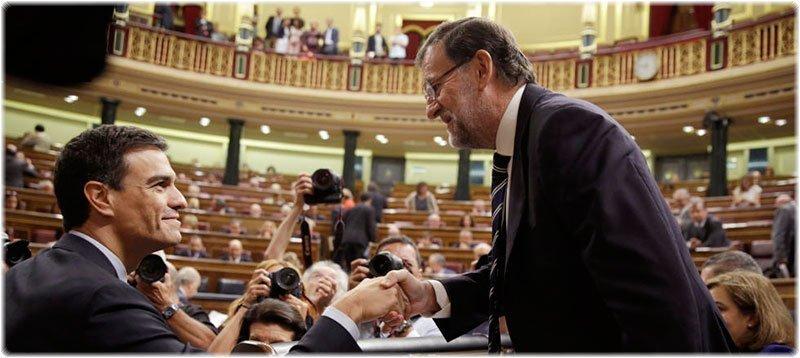 El presidente Mariano Rajoy saluda al secretario general del PSOE, Pedro Sánchez. (Reuters)