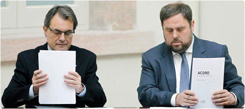 Artur Mas y Oriol Junqueras, en la firma del acuerdo de gobernabilidad de 2012. (Efe)