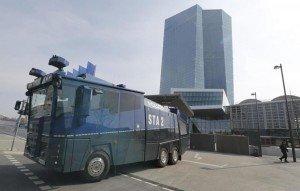 Furgón policial junto a la nueva sede del BCE en Fráncfort. (Reuters)