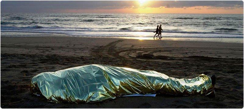 Cadáver de un inmigrante en una playa de Fuerteventura. (Reuters)