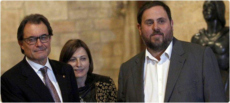 Artur Mas y Oriol Junqueras, en la firma del acuerdo para adelantar las elecciones al 27 de septiembre. (EFE)