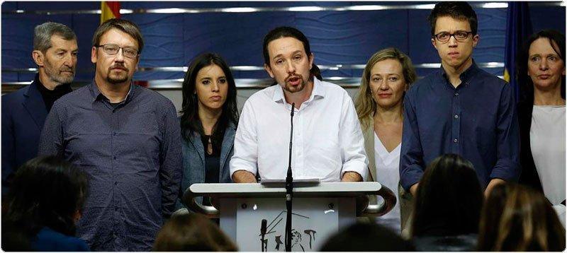 El secretario general de Podemos, Pablo Iglesias (c), durante la rueda de prensa que ha ofrecido en el Congreso de los Diputados tras su reunión con el Rey. (Sergio Barrenechea - EFE)