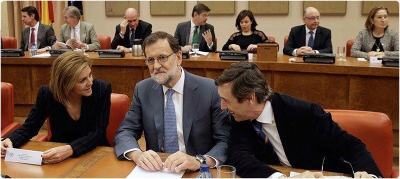 Rajoy y el grupo parlamentario popular. (EFE)