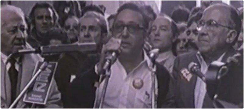 Nicolás Redondo, junto a Santiago Carrillo, durante la huelga general de 1988. Tres años antes abandonó el grupo parlamentario socialista por discrepancias por la política económica del PSOE/Captura de pantalla de un vídeo de Youtube