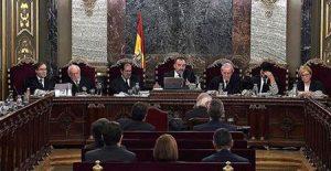Los siete magistrados del Tribunal Supremo que firmaron la sentencia del 'procés', en un momento del juicio. POOL