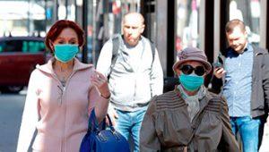 Gente con y sin mascarilla por la calle. (Foto Prensa Libre: EFE)