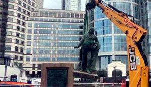 Momento en que la estatua del propietario de esclavos escocés Robert Milligan es retirada en Londres - AFP