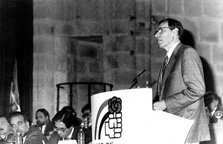 Alfonso Guerra en la clausura del V Congreso Regional del PSOE en Extremadura. EFE