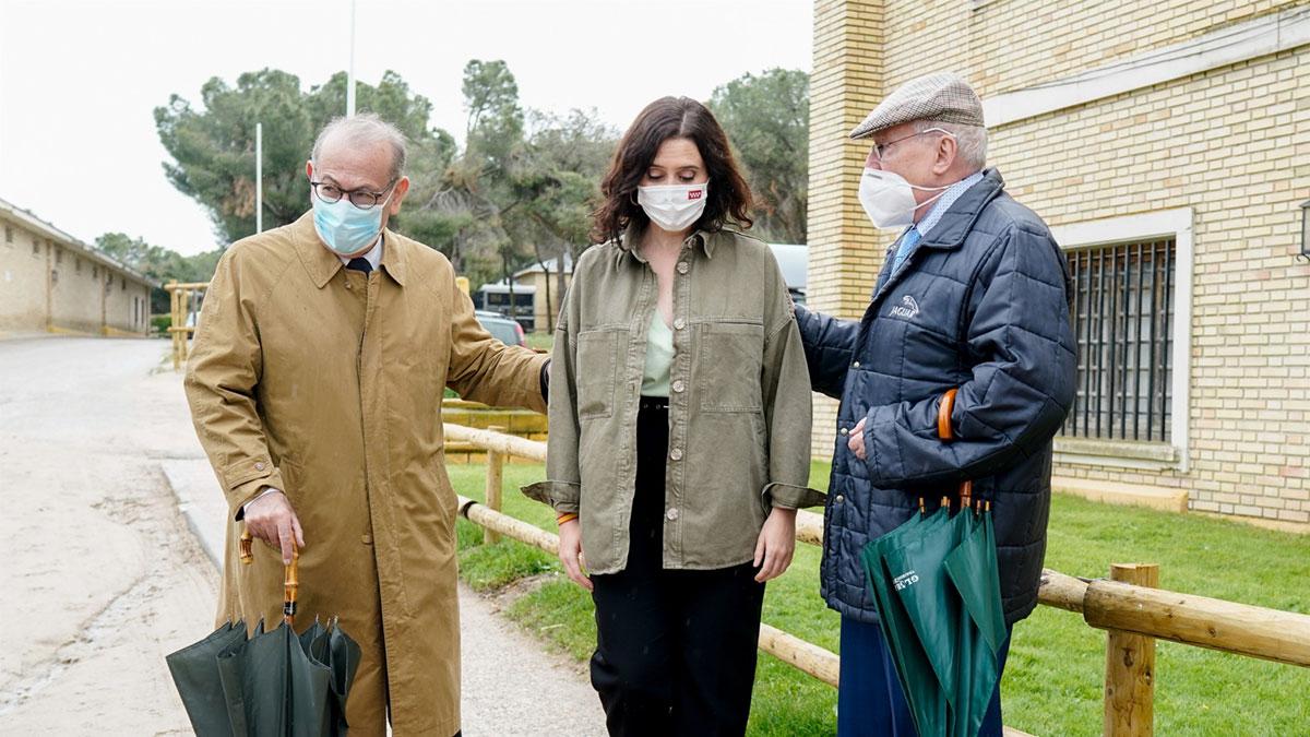 Isabel Díaz Ayuso junto con los exdirigentes socialistas Joaquín Leguina y Nicolás Redondo. Europa Press