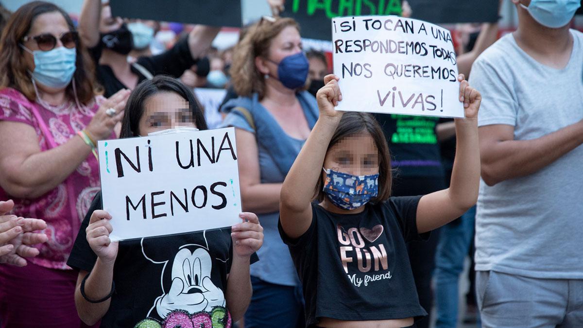 Dos niñas, participan en una concentración feminista en repulsa por los asesinatos. Europa Press