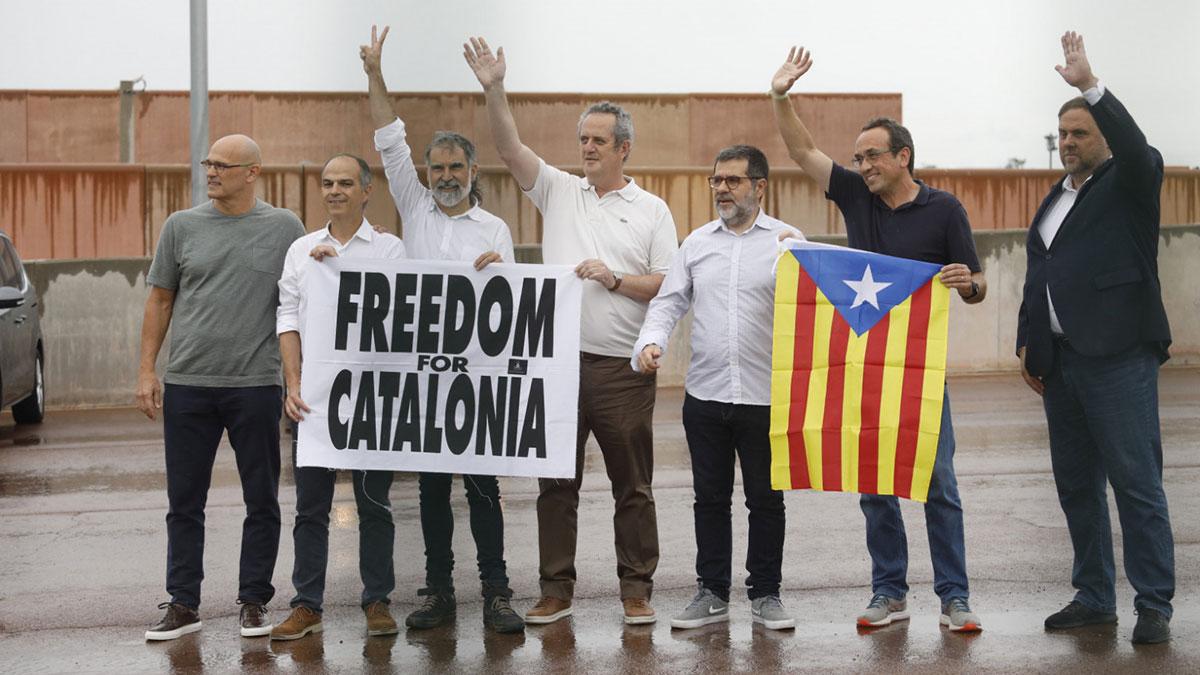 Junqueras y los otros siete presos indultados de Lledoners a su salida de prisión.