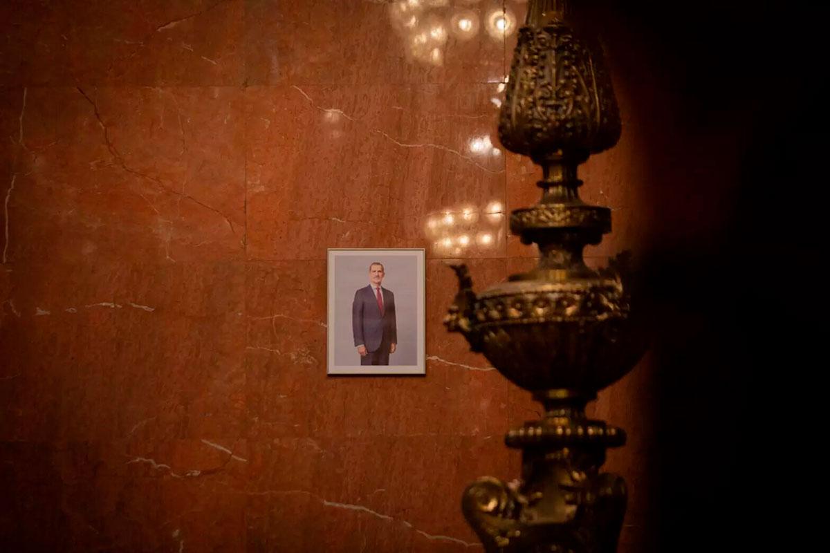 La imagen del Rey colocada en la sala de plenos del Ayuntamiento de Barcelona. Europa Press